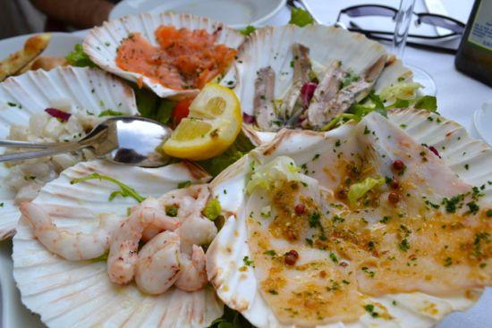 Variazione di pesce e crostacei marinati